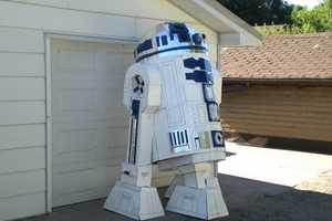 Len Komonac Designs an 8 Foot Tall R2D2