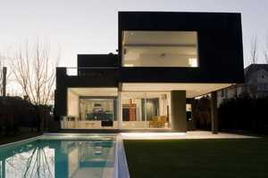 'The Black House' by Andres Remy Arquitectos' is an Architectural Marvel