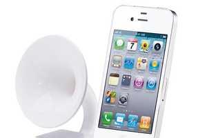 Ozaki iSuppli Gramo iPhone Dock Blasts Tunes Vintage Style