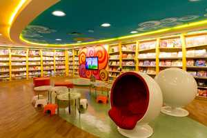 Saraiva Bookstore Offers a Vibrant Shopping Experience