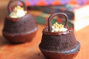 These Cauldron Cakes Hold a Creamy and Magical Center