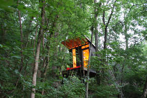 The ModFruGAL Treehouse Offers a Cozy Tranquil Escape