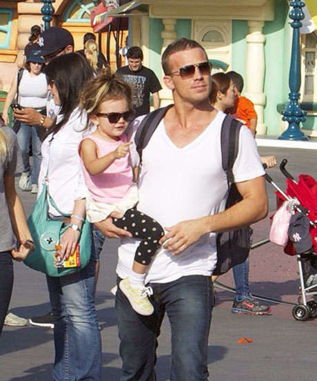 Hot Dad Social Accounts - DILFs of Disneyland Finds the Best Looking Fathers at Amusement Parks