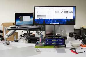 This Sit-And-Stand Desk Supports Mobility In the Office