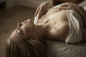 Jan Scholz Captures Girls on Beds in Moments of Tranquility