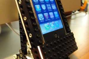 Steven Combs' DIY iPhone Dock Allows for Movement