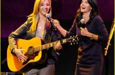 "Serenading Sitcom Stars - Lisa Kudrow & Courteney Cox Perform ""Smelly Cat"" for Charity"