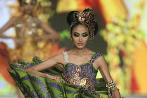 Guo Pei's Two Thousand and Two Nights at Hong Kong Fashion Week 2010