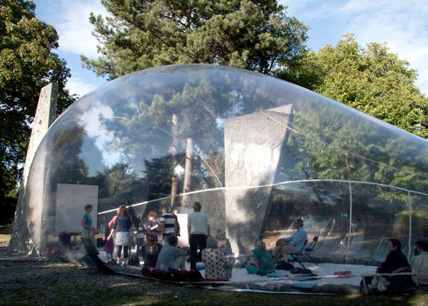 Bubble resembling pavilions aeropolis by plastique for Architecture fantastique