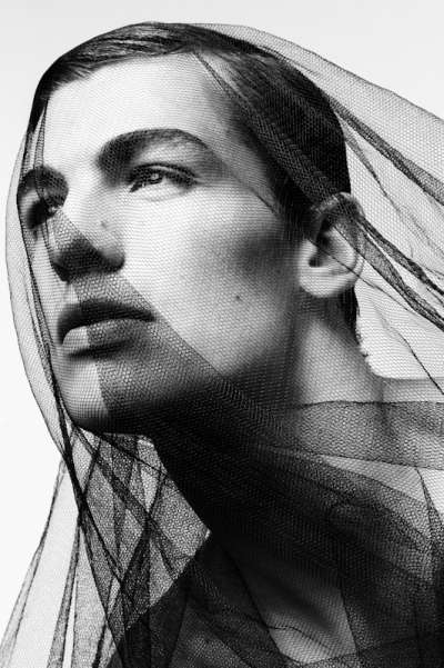 Dynamically Veiled Portraits