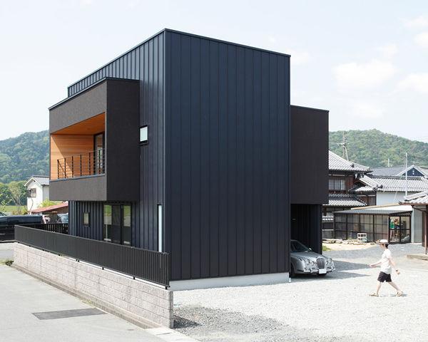 Rectangular all black abodes minakuchi house - Revetement pour garage ...