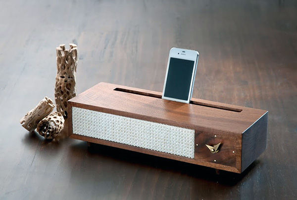 '60s-Inspired Smartphone Docks