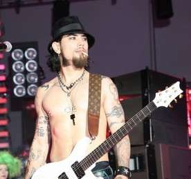 "Dave Navarro Asked to ""Take It Off"""