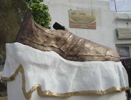 Axed Controversial Monuments - Giant 'Bush Shoe' Removed From Tikrit and Destroyed