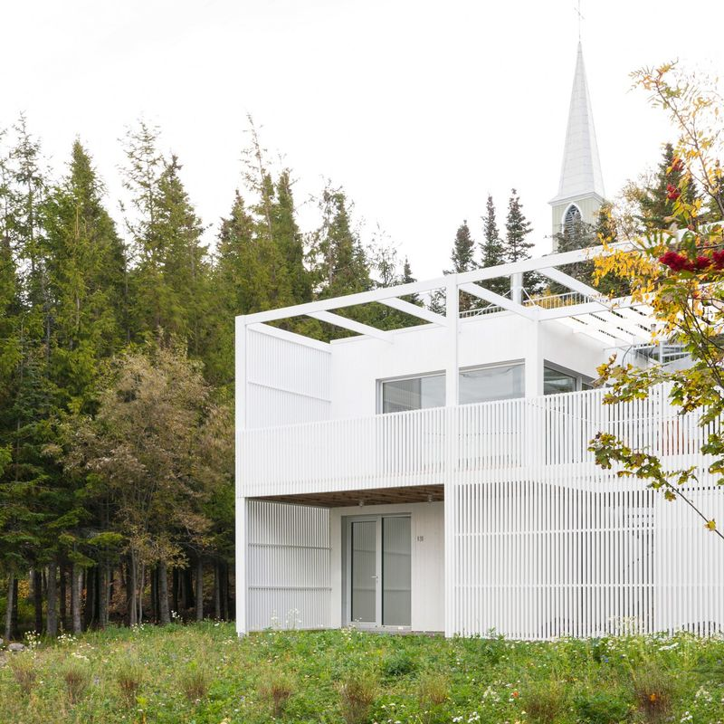 Geometric white forest homes atelier pierre thibault for Minimalist house quebec
