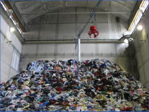 Clothes Hoarder Exhibits Christian Boltanski Personnes
