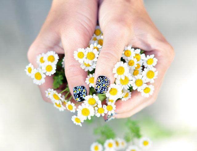 DIY Daisy Manicures