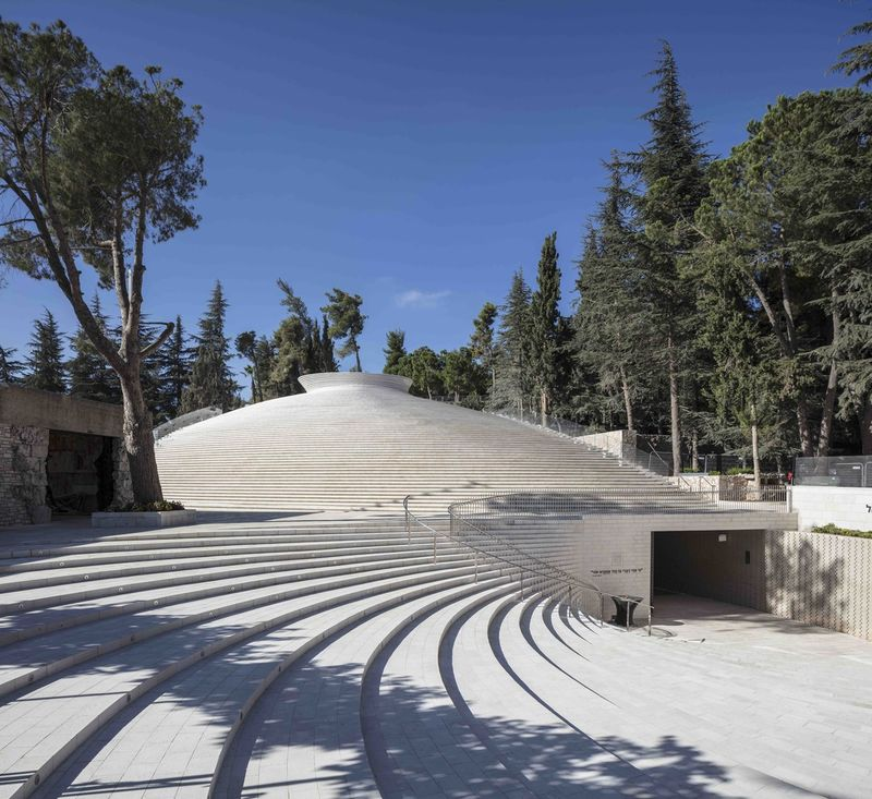 Light-Funneling Memorials