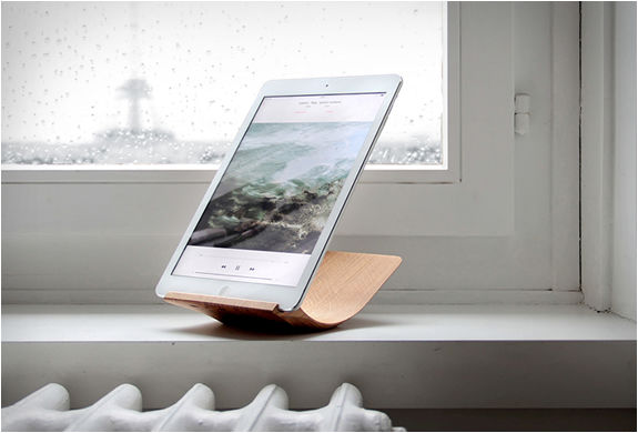 Sustainably Curved Tablet Stands