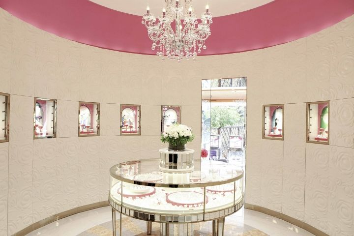 Cake-Shaped Jewelry Boutiques
