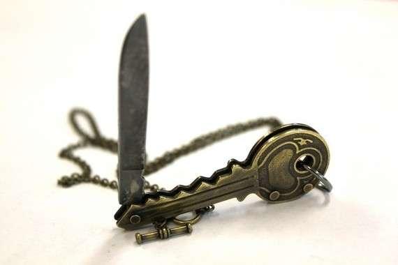 Blade-Concealing Lockets
