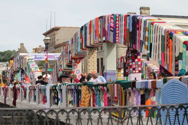 Knitting Artists : Knitted bridge art street