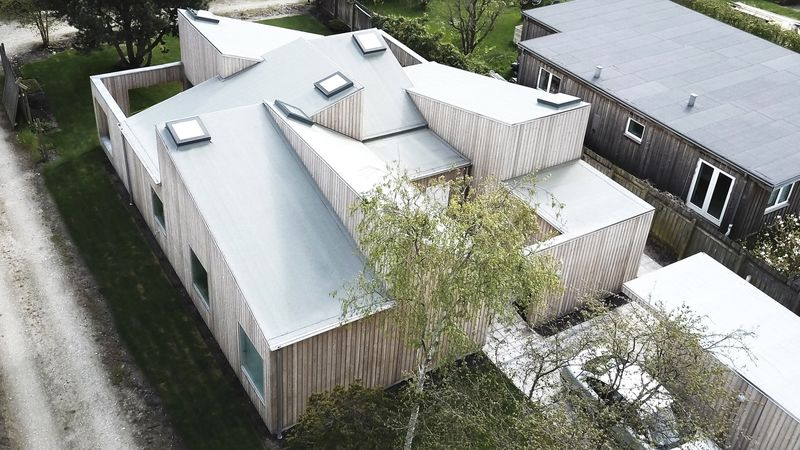 Paradoxically Intersecting Roofs
