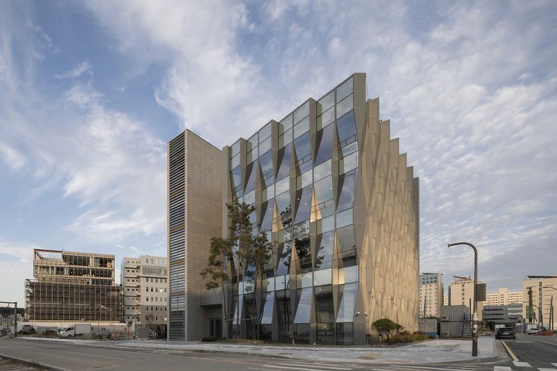 Richly Faceted Office Edifices